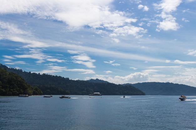 Mar azul com barcos