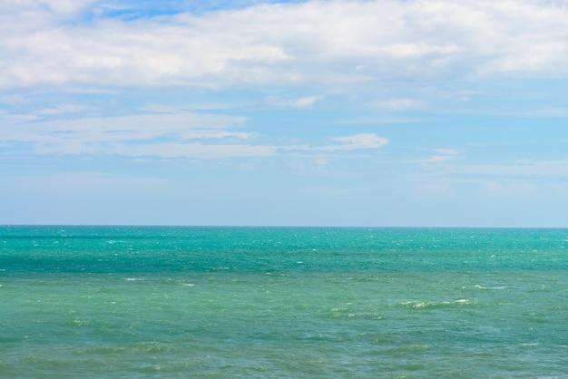Mar azul com ondas e céu azul claro. belo céu e oceano. tiro do verão do mar