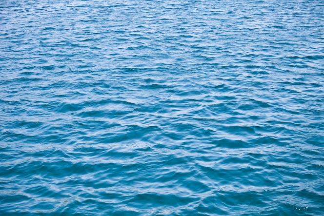 Mar azul com ondas