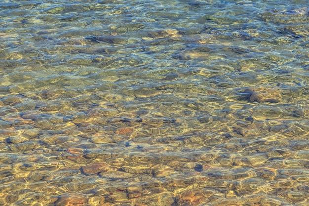 Mar azul com ondas.