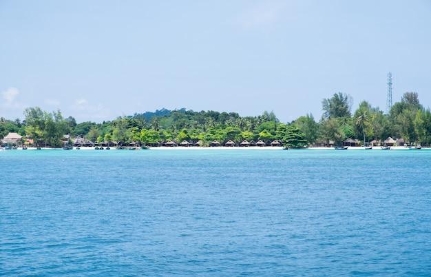 Mar azul com resort, mais abundante recife de coral na ilha lipe