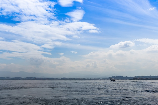 Mar azul e céu azul com nuvens