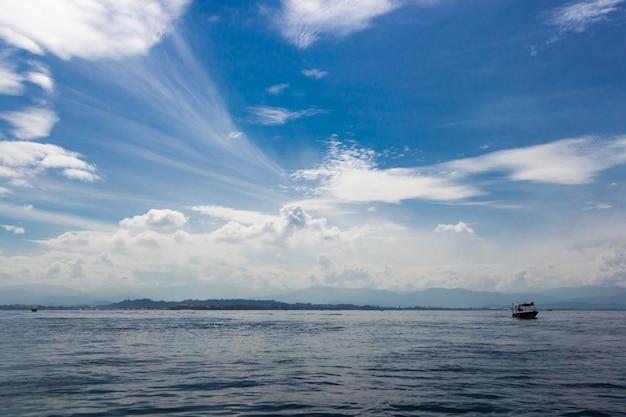 Mar azul e céu azul