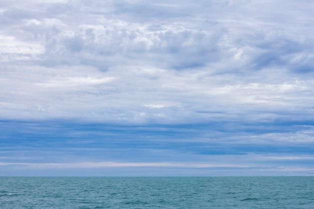 Mar azul e céu claro