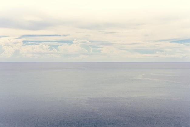 Mar azul e céu nublado