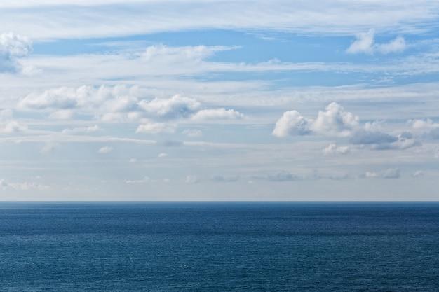 Mar azul e horizonte