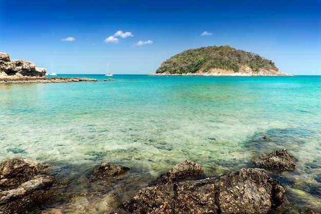 Mar azul e praia de areia branca no céu azul