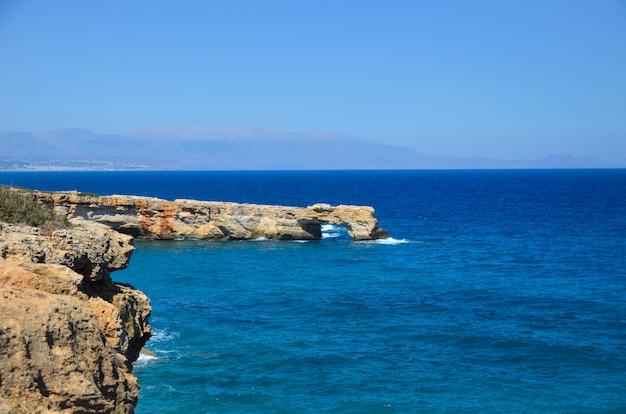 Mar azul encontra a costa rochosa