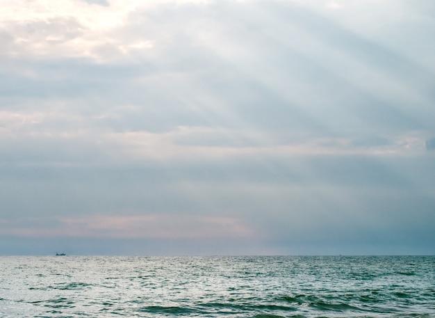 Mar azul nos raios do pôr do sol