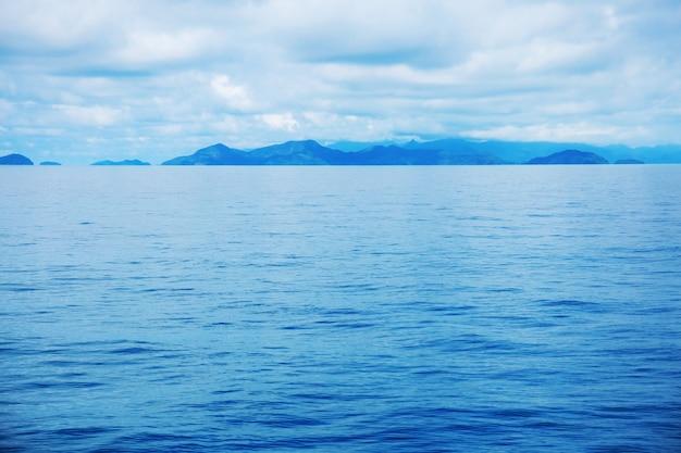 Mar azul profundo com céu.