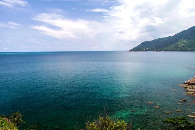 Mar azul tropical e céu azul no dia de férias de verão beautyful
