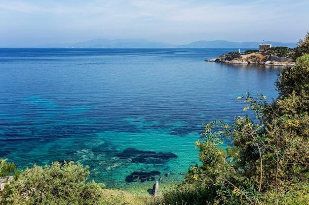 Mar azul turquesa e costa verde em um dia ensolarado. excelente vista para a bela baía. relaxe e tranquilidade. cartão postal. espaço para texto.