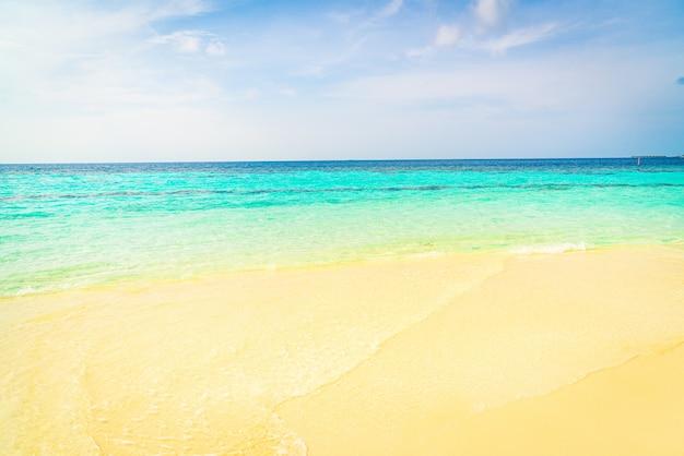 Mar bela praia tropical e céu azul para segundo plano
