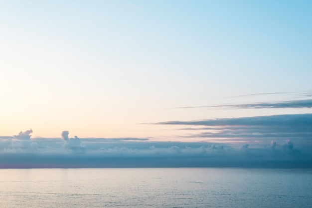 Mar calmo azul e céu.