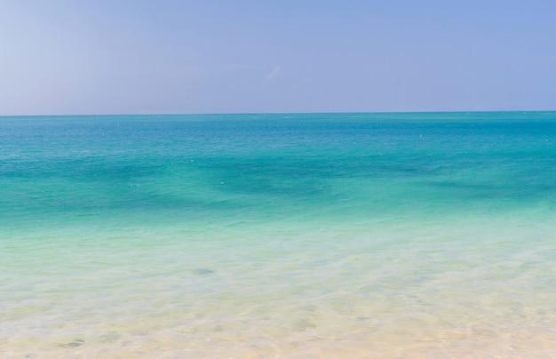 Mar calmo e céu azul com céu claro e brilhante em férias no verão, mar de andaman, koh lanta, krabi, tailândia