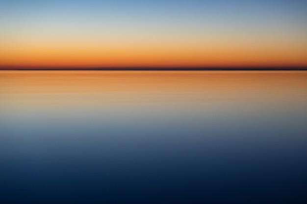 Mar calmo e místico à noite