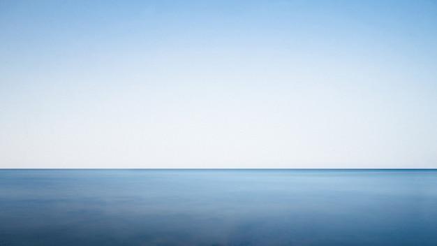 Mar calmo em um dia ensolarado