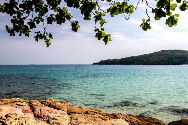 Mar calmo oceano mar e céu azul com céu claro brilhante em férias no verão