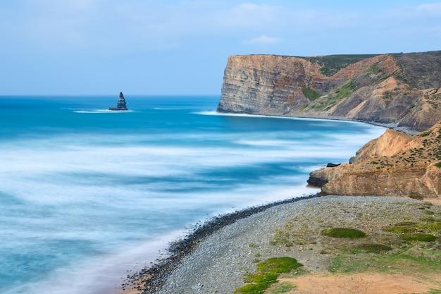 Mar cenário incrível em aljezur. canal da praia e agulha de pedra.