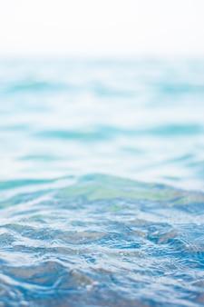 Mar claro, onda e praia, conceito do fundo da natureza.