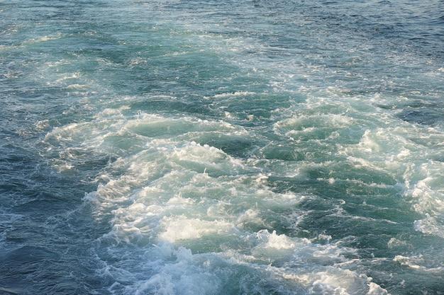 Mar com marcas de uma lancha