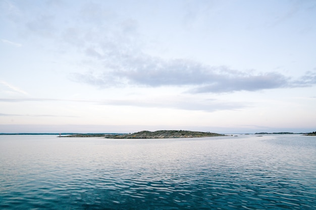 Mar com uma montanha sob um lindo céu