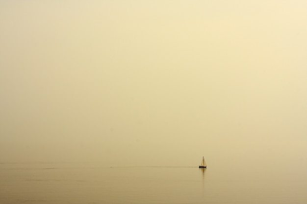 Mar com uma paisagem de barco