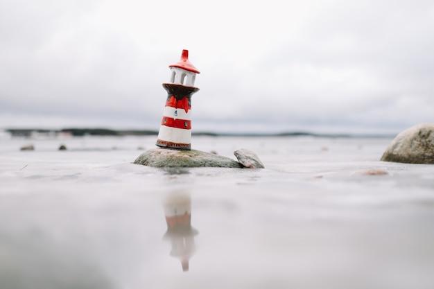 Mar congelado de inverno com farol decorativo. inverno, mar, viagens, conceito de aventura.