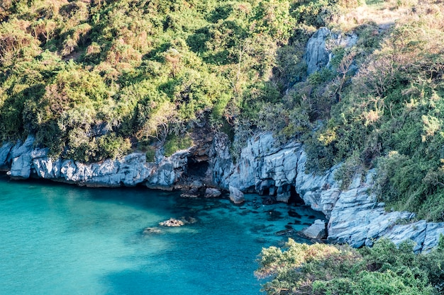 Mar da costa e caverna