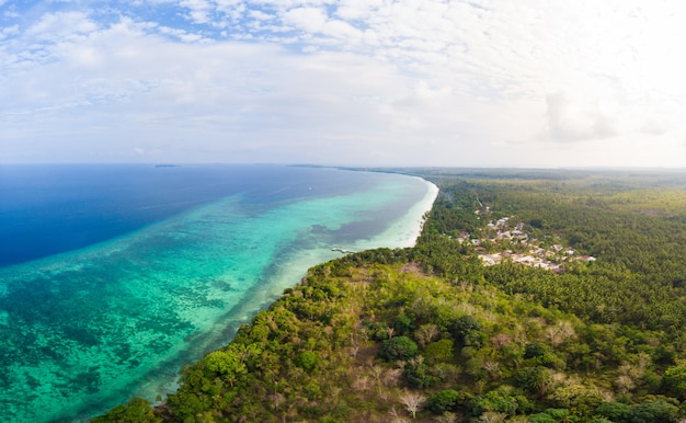 Mar das caraíbas tropical do recife da ilha da praia da vista aérea. arquipélago das molucas da indonésia, ilhas kei, mar de banda. destino de viagem superior, melhor mergulho com snorkel, panorama deslumbrante.