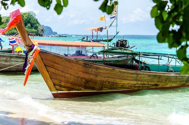 Mar de andaman e barco