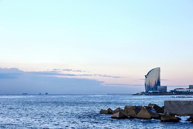 Mar de barcelona ao pôr do sol