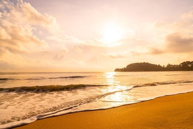 Mar de praia linda e vazia ao amanhecer ou pôr do sol