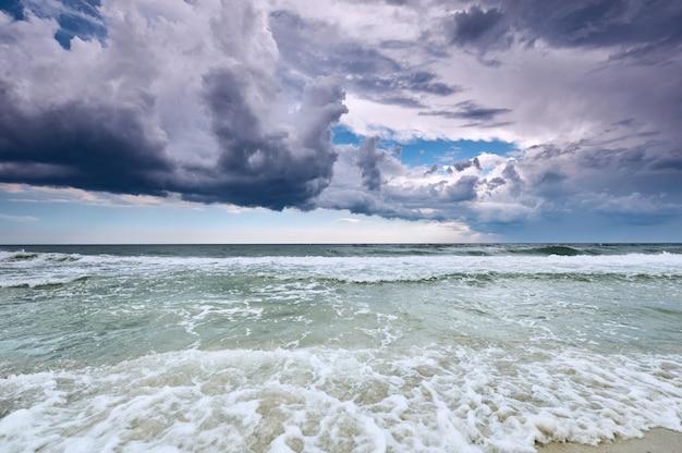 Mar dramático, paisagem natural com nuvens e superfície do mar