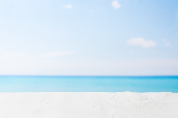 Mar e areia branca na praia tropical vazia, fundo de verão