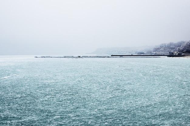 Mar e cais congelados à distância