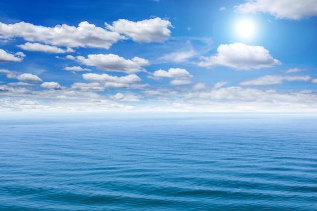 Mar e céu azul com sol