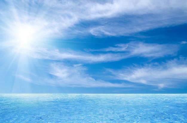 Mar e céu nublado