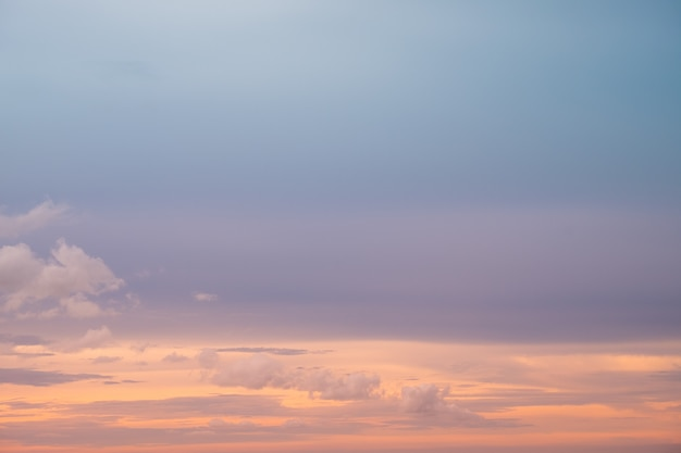 Mar e cloudscape crepuscular bonito.