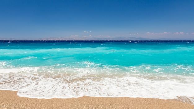 Mar e montanhas bonitos no fundo