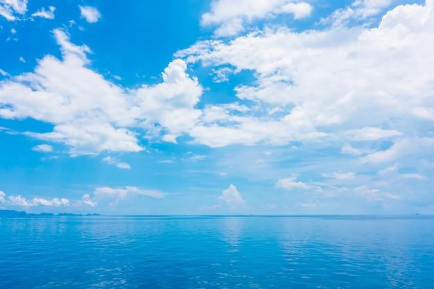 Mar e oceano bonitos com a nuvem no céu azul