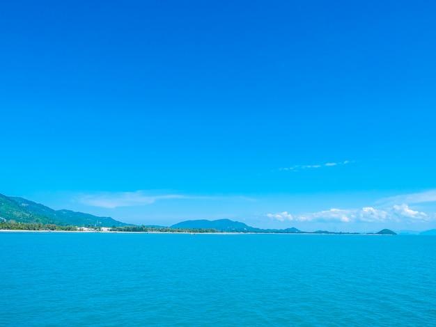 Mar e oceano bonitos na nuvem branca e no céu azul