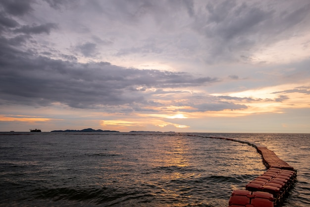 Mar, e, pôr do sol, com, vermelho, bóia, vista, de, cofre nadando, zona