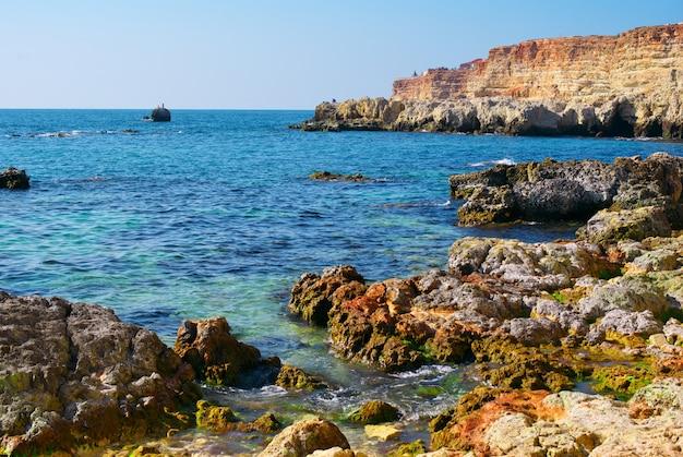 Mar e rochas