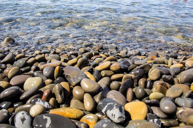 Mar e seixos debaixo d'água em uma praia. seixo fundo
