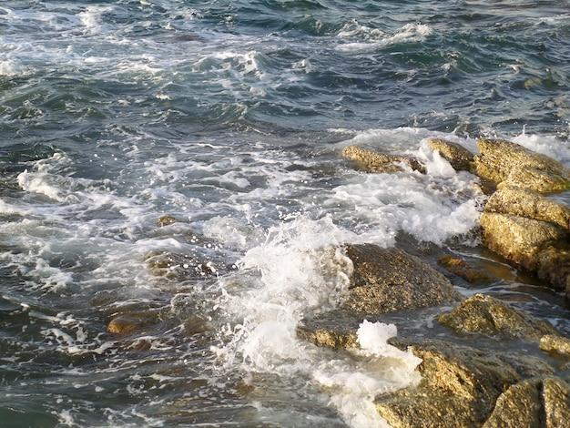 Mar egeu azul ondulado no dia ventoso na ilha de mykonos, grécia