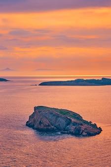 Mar egeu com vista das ilhas ao pôr do sol