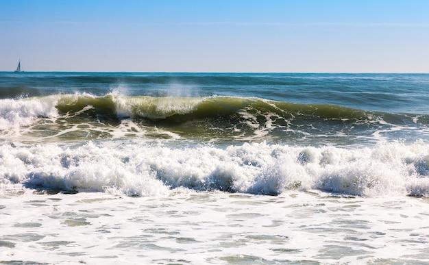 Mar em dia ensolarado
