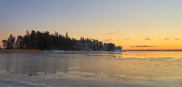 Mar gelado ao pôr do sol no arquipélago perto de turku, finlândia. copie o espaço.