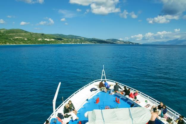 Mar, grécia - 15 de maio de 2014: turistas no convés superior do navio que navegam da ilha de zakynthos. pessoas (grande grupo) no convés de um navio, grécia